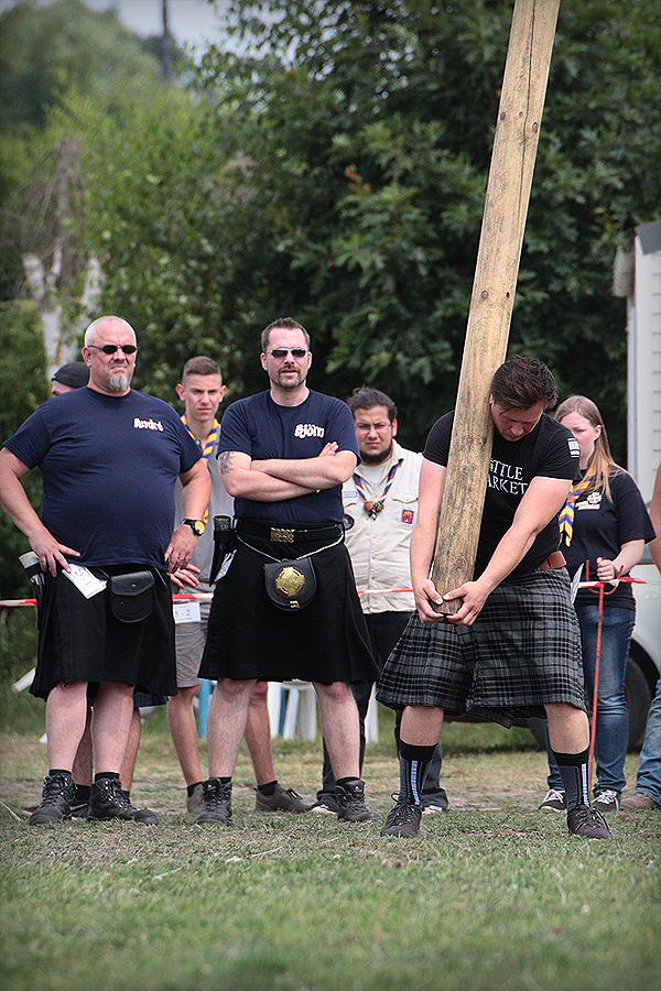 Tossing the Caber / Baumstamm-schubsen